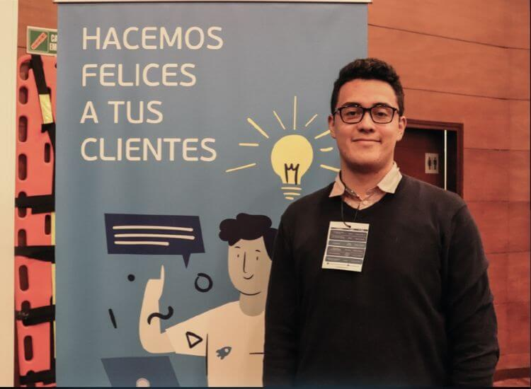 Gerente en feria de marketing digital en colombia