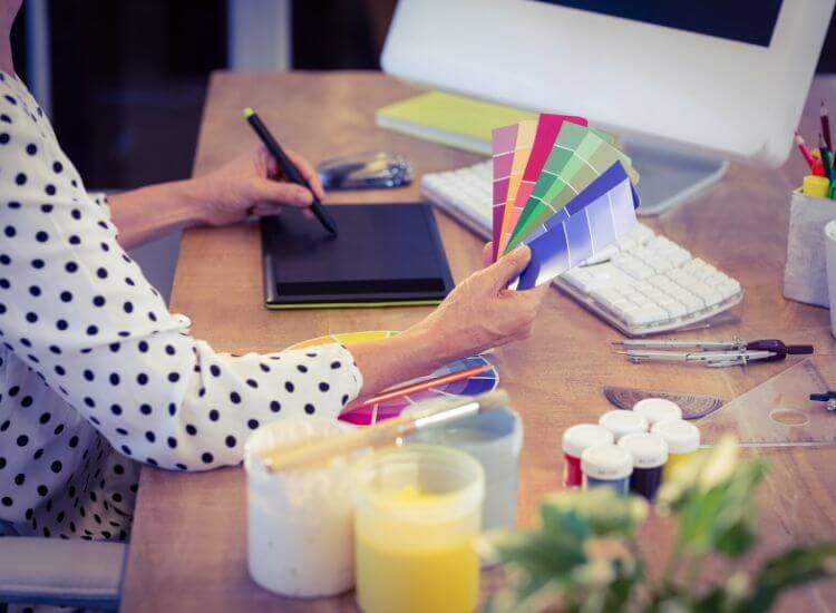 persona trabajando en diseño web